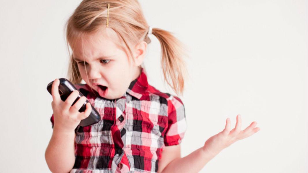 Kid using Smartphone TeCake